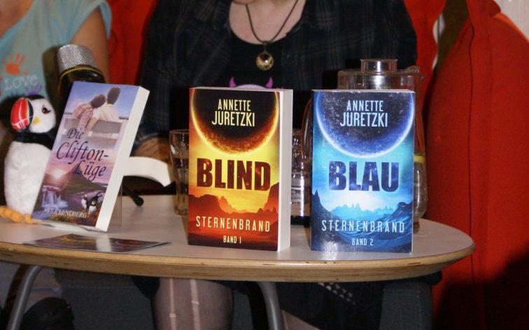 Autorin Annette Juretzki bei der Lesung aus der Space Opera Sternenbrand
